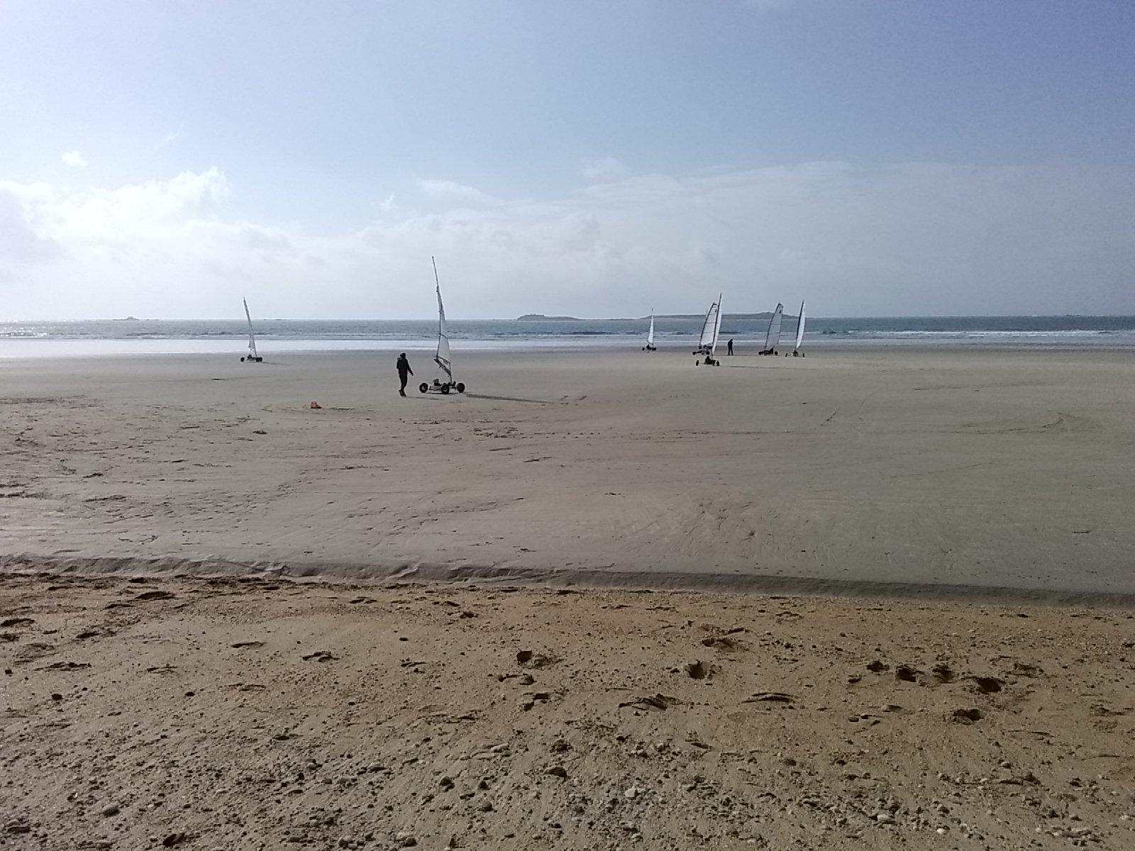 la plage et tiviec au fond